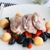 Филе куриных бёдрышек с дыней, печёным перцем и оливками.