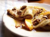 Крепы (французские блинчики) с карамелизированными грушами,персиками и грецкими орехами