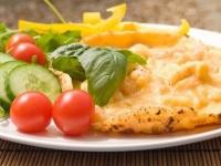 Легкий омлет с сыром или отварной курицей