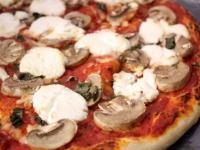 Пицца с грибами и козьим сыром