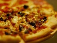 Пицца с карамелизированым луком и оливками