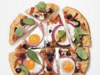 Пицца с жаренным яйцом, красным перцем, оливками и руколой