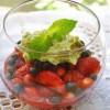 Салат из ягод с фисташковым песто