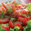 Салат из копчёного лосося с помидорами