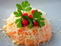 Салат из моркови с чесноком и сыром