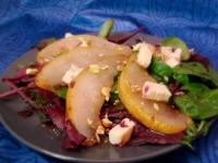 Салат с грушей, сыром и фисташками