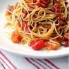 Спагетти с беконом и томатами