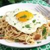 Спагетти с беконом и жареным яйцом
