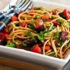 Спагетти с помидорами, руколой и оливками