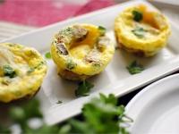 Запеченные яичные чашечки с сосисками и картофелем